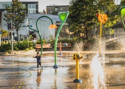 Jeux d'eau pour enfants situés près de Westbury Montréal