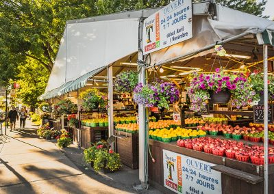 Marché près de Westbury Montréal vendant des fleurs, fruits et légumes